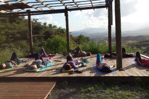 Yoga op vlonder in de ochtendzon